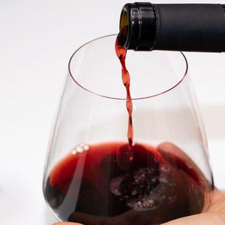Rødvin der bliver hældt op
